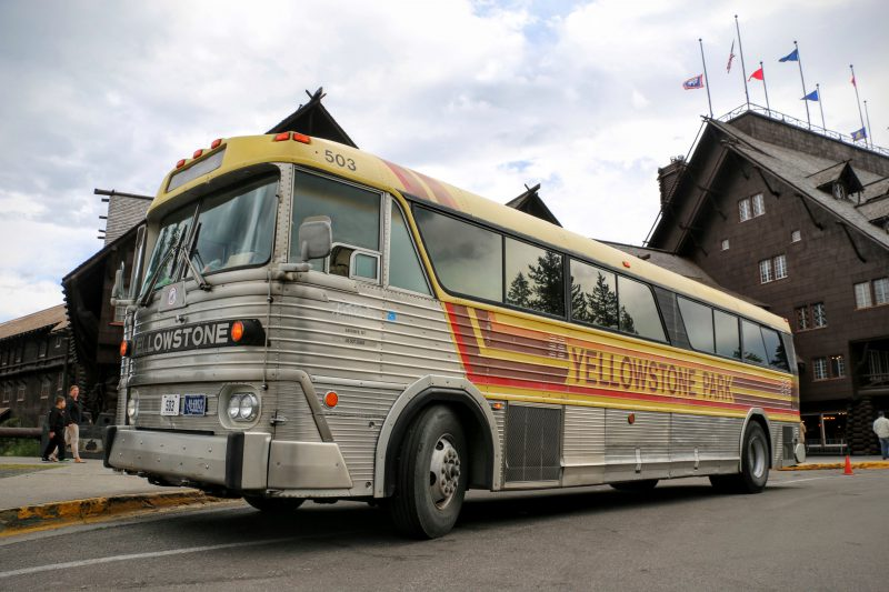 Yellowstone bus voor de Old Faithful Inn