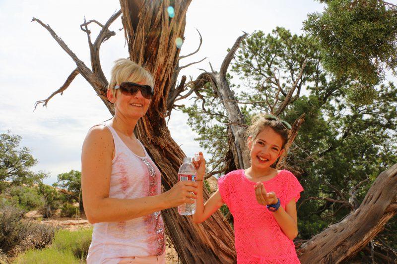 Even drinken tijdens de wandeling naar Mesa Arch
