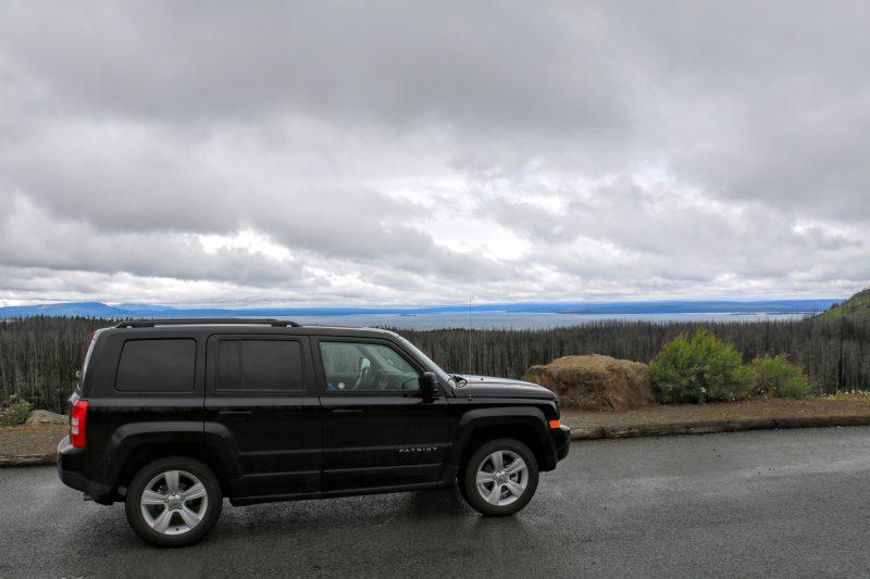 Een uitzicht op Yellowstone Lake in de regen